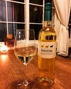 【白】(辛口)とてもフレッシュでバランスが良く、酸の心地良さとミネラルを感じるワインです。 グラス700yen ボトル3,500yen