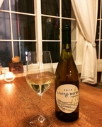 【白】(やや辛口)フレッシュでジューシーな旨みが溢れ、すっきりとした酸味と自然の甘みが嬉しいワインです。 グラス800yen ボトル4,000yen