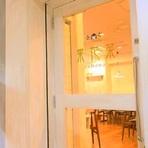 白を基調にした店内入り口はレストランのような外観