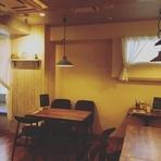 白を基調とした店内は、夜カフェの雰囲気