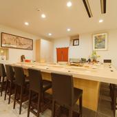 ゆったりと広い空間が贅沢な、モダンな印象の寿司カウンター
