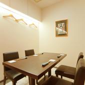 接待や会食に バリアフリーにも対応した半個室のテーブル席