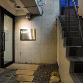ライトアップされる石畳を通り店内へ。