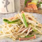 『軟骨ソーキ』や『ジーマミ豆腐』、『島らっきょう』など、沖縄の郷土料理が幅広く揃います。シャキシャキとしたモヤシの食感を生かした『マーミナーチャンプルー』も、ぜひ味わいたい人気メニューです。