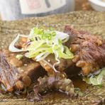 下茹でから6時間かけてじっくり煮込んだ『軟骨ソーキ』は、沖縄を代表する郷土料理。箸で簡単に切れるほどやわらかく、口に入れると豚肉の甘みが舌の上でとろけます。プルプルのゼラチン質は肌にもよさそう。