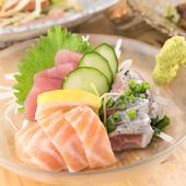 その日に仕入れた新鮮な魚を盛り込んだ『刺身三点盛り』