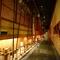 長い廊下は石畳と玉砂利で、日本の美を表現