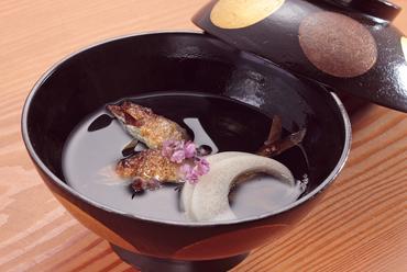 塩焼きの鮎が香ばしい『小鮎と白玉白瓜の椀物』