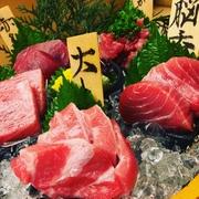 豊洲のマグロ卸店「吉富」から直接マグロを買い付けているこの店ならではの趣向。その日仕入れたマグロのそれぞれ異なる部位を5つ、お刺身で食べ比べできます。どの部位が食べられるかは仕入れ次第。