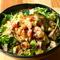 新鮮野菜がたっぷりの『鶏肉とエビ、アボカドのコブサラダ』