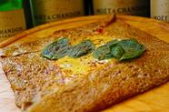 カリッとした食感が楽しめる『モッツァレラチーズとバジルのトマトソース ガレット』