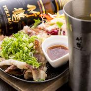 グラスワインとは別に、常時10種類のボトルワイン、3種類のスパークリングワインが用意されています。『和牛コウネの鉄板焼き』や『瀬戸内産あさりの白ワイン蒸し』など、ワインに合う料理も勢揃い。