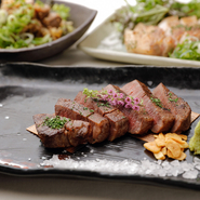 県外からのお客様の接待に、落ち着いた雰囲気の中でお好み焼きと地場の素材を使用した鉄板料理が楽しめます。 また、事前に予約を頂ければ個室をご用意することもできます。