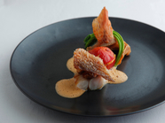 鱗焼きの食感が美味『かさごのポワレ ブルターニュオマールのビスクソース アスペルジュソバージュ』