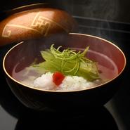 賀茂ナスや鱧、フキ、青柚子、新じゅんさいなど旬の食材をふんだんに使い、優しい味に仕上げた日本料理の華『煮物椀』。季節感溢れる料理を囲んで、料理と会話を静かに楽しむのもよいものです。