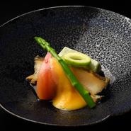 恵まれた漁場で育った舞鶴の鮑は、身がよく肥え、コクのあるコリコリとした食感が特徴。米にもこだわり、自然農法で栽培されている【こばふぁーむ】のお米が使用されています。