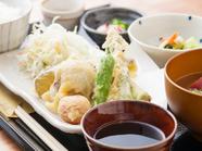 料理人が生産者から直接買い付けた新鮮食材を主に使用。京都伝統の味を堪能できる『京野菜天ぷら定食』
