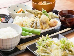 お得感満載。もりもりランチをリーズナブルに『鶏と野菜の天ぷらランチ』