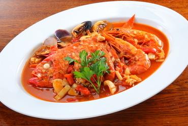 魚介の旨味とトマトの酸味が絶妙『金目鯛のサルスエラ』2人前