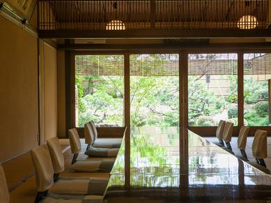 日本庭園を眺めながらの食事で、極上のおもてなしを