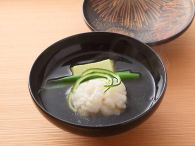 柚子の香りが清々しい、季節のお椀『鱧とずんだ豆腐 香り柚子(料理一例) 』