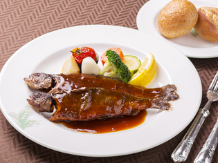 伝統の味わい『虹鱒のムニエル 万平オリジナル醤油風味』