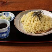 こだわりの自家製麺。汁そばは細麺、冷やしたつけ麺は太麺で堪能
