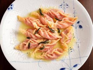 モチモチした食感の『地元栽培のビーツのトルテッリパスタ、発酵バターソース』