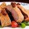 あっさりとした中にも食べ応えがある『飛騨牛のナッツ衣のカツレツ』 (ハーフポーション2200円)