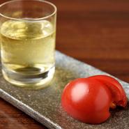 「加藤農園」のトマトを使った、トマトジュースとトマトの盛り合わせ。糖度12度を誇るこだわりのフルーツトマトでつくったトマトジュースは、漉して出してくれるのでとてもまろやかな口当たりです。