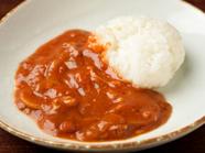 デミグラスソースはトマトが多め。さっぱりとした味わいの『ハヤシライス』