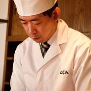 できるだけお客様の気持ちになって、喜んでもらえるような接客を心がけています。魚料理は、お客様自ら好きな魚と調理法を選べるシステム。リクエストなどありましたら、気軽にお声がけください。