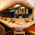 オープンキッチンを囲むカウンターはモダンな雰囲気で、店主の遊び心やセンスのよさが感じられます。