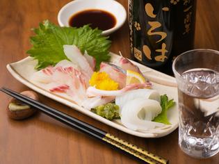 その日に水揚げされた新鮮な魚介類を一皿に『本日のお造り』