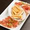 程よい塩味と上品な甘味『イタリアとスペイン産 生ハム盛り合せ』