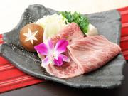 東京産の黒毛和牛「秋川牛」は入荷がとても少なく希少価値の高いお肉です。じっくりとお肉の旨みを堪能できるすき焼きで至福のひと時。コースには〆にうどんやご飯がつきます。(1人前)