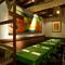 大きな絵画が印象に残る、半個室のテーブル席