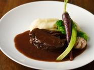 肉の旨みたっぷり。やわらかな『国産牛ホホ肉の赤ワイン煮込み』