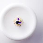 清涼感いっぱいの『ブルーベリー・カシス・スミレ・ホワイトチョコのデザート』