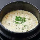 焦げたチーズもまた美味『石焼き4種のチーズリゾット』