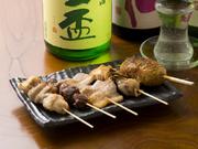 その日のおすすめの串焼を5本盛り合わせています。牛ハラミや豚バラ、つくねなど国産のお肉にこだわったおすすめの串焼。タレまたは塩で。