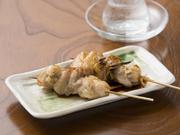 森県弘前産の津軽鶏は、弾力があってプリプリッとした食感が特徴。串焼は、厳選した地元の鶏肉だけを使っています。タレまたは塩、お好みで。