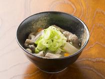 白味噌でさっぱりとした味が、もつの旨みを引き立てている『定番もつ煮』