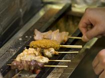 一本一本、串打ちし、炭火で香ばしく焼き上げた『串焼』