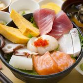 豊富な海の幸を豪華に、そしてさまざま種類を楽しめる『おまかせ海鮮丼』