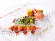 一皿に冷温2種類の前菜が楽しめる、彩り鮮やかな『オマール海老とグレープフルーツのサラダ』