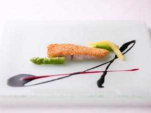 カリッと香ばしいナッツとしっとりした魚の旨味を堪能『金目鯛のアーモンド焼き イカ墨とビーツのソース』