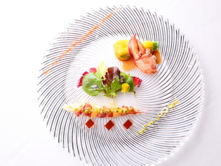 冷温の前菜を楽しむ『オマール海老とグレープフルーツのサラダ』