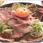 二平独自のスタイルで作り上げるローストビーフをたっぷりとごはんに乗せた贅沢な丼ぶり。