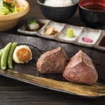 程よく脂がのった塊肉をフーク&ナイフでお召し上がりいただきます。